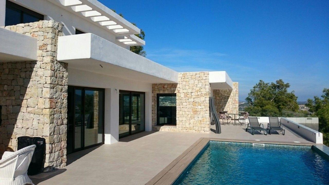Peque a vivienda estilo tradicional exteriores r sticos e - Muro de piedra natural ...