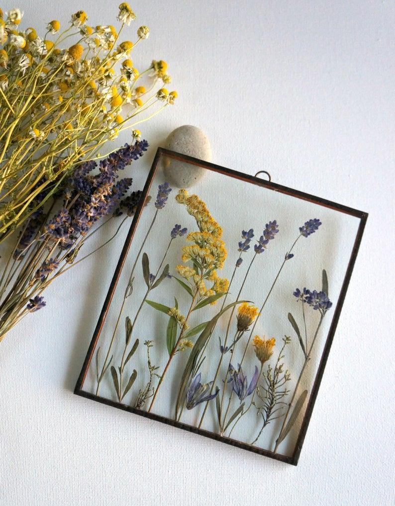 Photo of Getrockneter Lavendel Gepresste Schaum auf gefülltem Bierglas-frame-Gelben Wild…