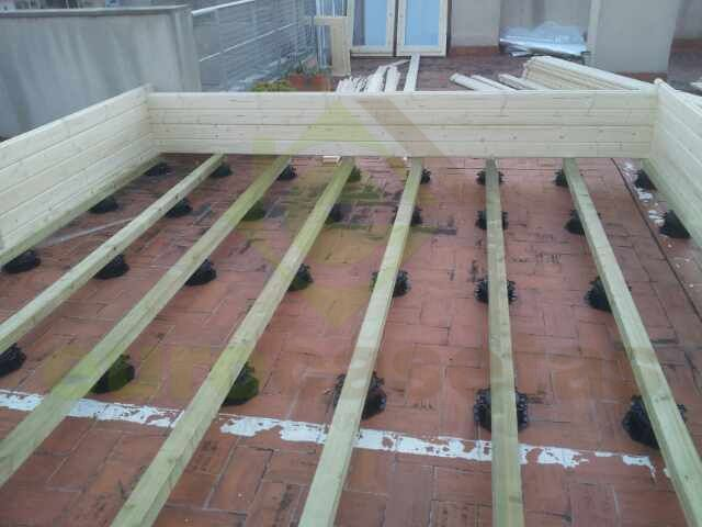 Estructura del suelo de una caseta de madera compuesto por vigas de madera tratada apoyadas en - Estructura casa madera ...
