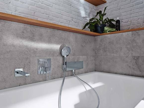Bahtroom in concrete look: hansgrohe Metropol for the bath tub in a ...