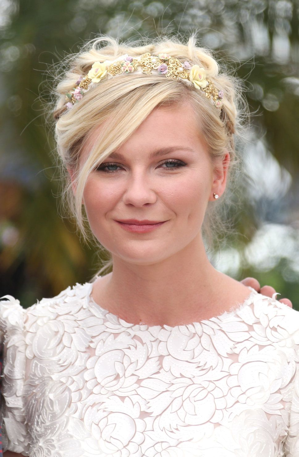 kirsten dunst sloppy side-parted blonde floral headband coiffure