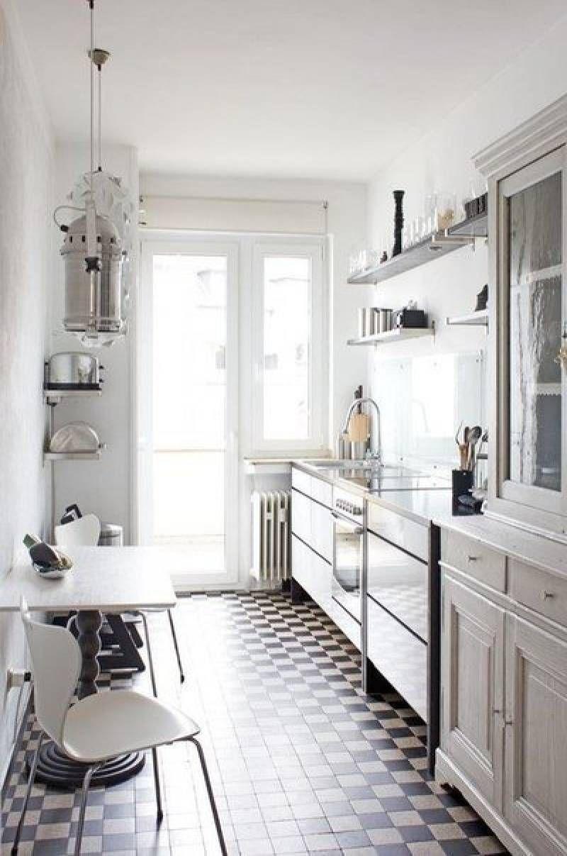 etroite et longue cette petite cuisine a t pens e en forme de i au lieu d 39 une cuisine. Black Bedroom Furniture Sets. Home Design Ideas