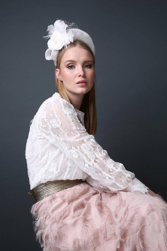 White fascinator headband, Wedding hat, Summer weddings, Bridal fashion, Modern bride, bridal veil, feather headpiece, white headpiece