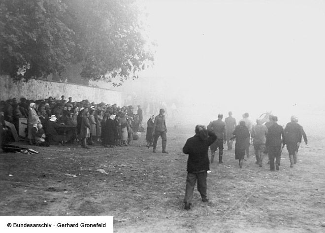 Rassemblement De Juifs Roundup Of Jews Jasionowka Br C Bundesarchiv Gerhard Gronefeld
