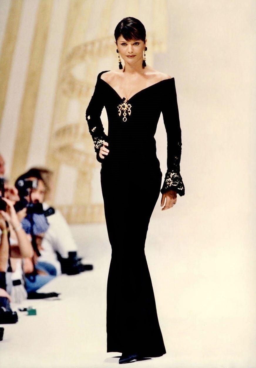 Helena Christensen for Pierre Balmain Haute Couture Fall/Winter 1993 (con imágenes) | Oscar de la renta