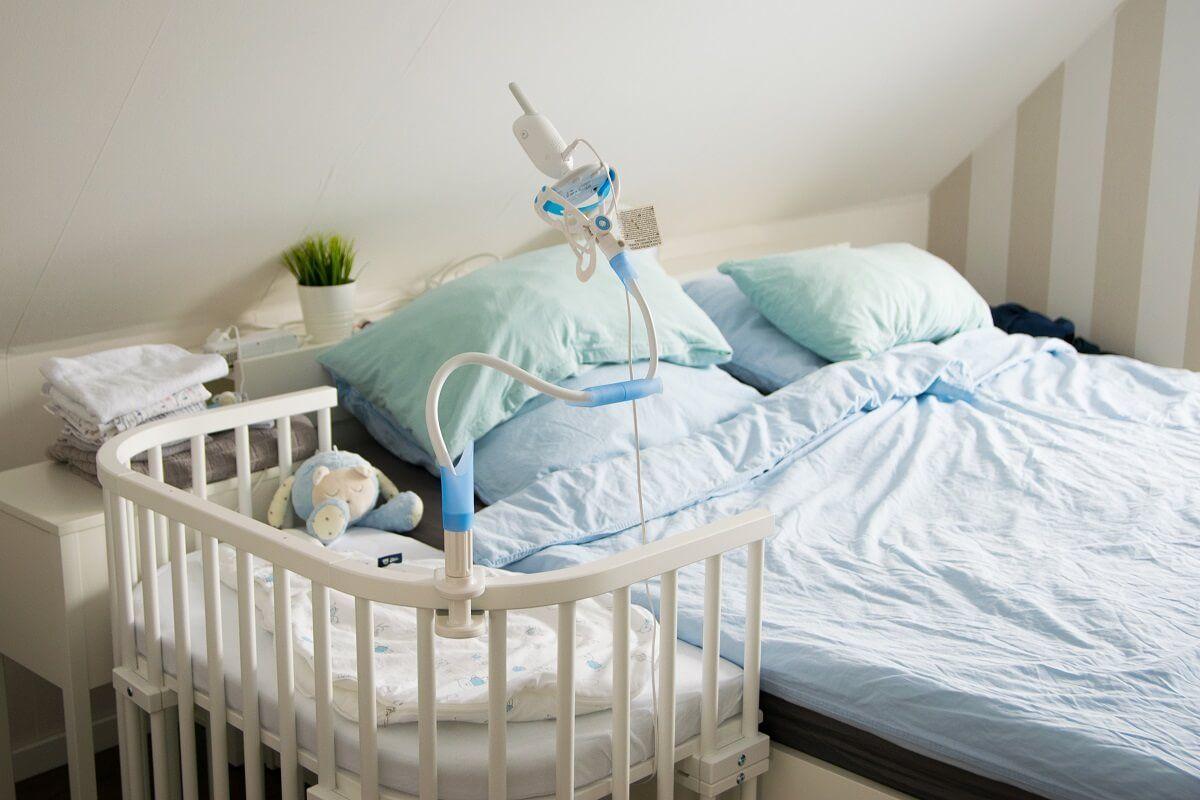 Babyphone Am Beistellbett Befestigen Dank Halterung Fur Das Babyphone Kein Problem Beistellbett Kleinkinderbett Baby Schlafzimmer
