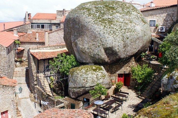 A cidade portuguesa Monsanto tem sua arquitetura desenhada pela posição original das rochas que formam as paredes e pisos do local!