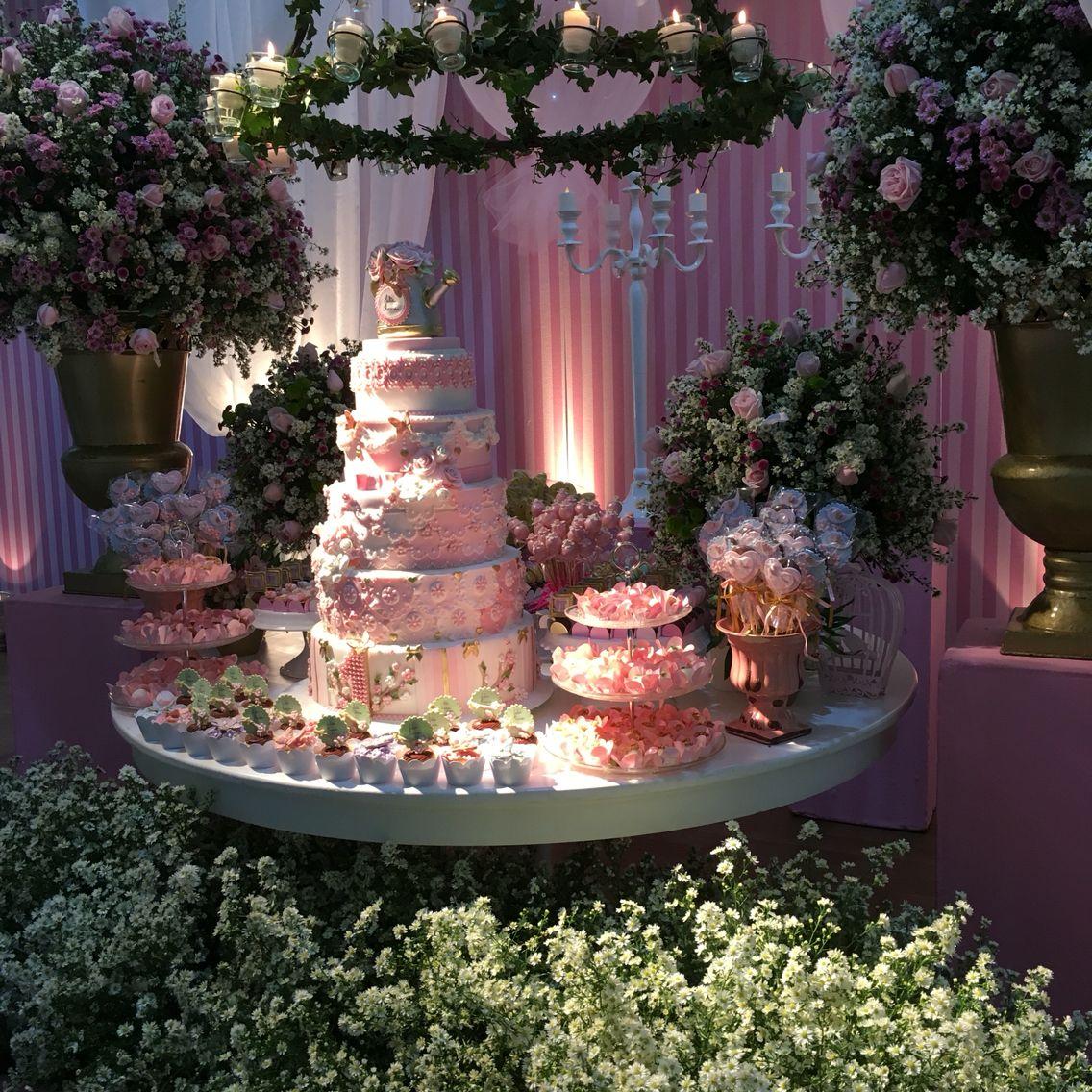 Mesa de bolo com gazebo e lustre de heras - festa de 1 aninho com o tema Jardim