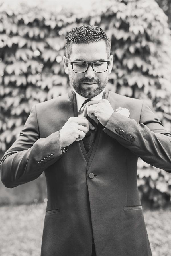 Gabriele und Alexander - eine romantische Hochzeit in Aigen-Schlägl, Mühlviertel, Österreich. Bräutigam beim Fotoshooting im Rahmen des Getting Ready.   Groom at a wedding photo shooting, Getting Ready, in Aigen-Schlägl, Austria.