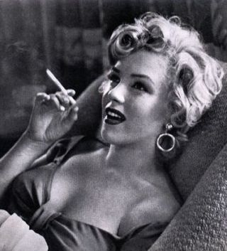 sexy woman smoking - Buscar con Google