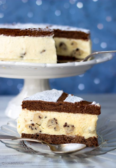 Tämän kakun innoittajat löytyvät jäätelöaltaan huuruista. Toinen on legendaarinen ja itselleni nostalginenkin Puffet, jossa on jäätelötäyte pehmeiden keksien välissä. Toinen on Ben & Jerry's -herkuttelujäätelöiden lempparini, cookie dough. Hyrrrrr...! Muutamia kommentteja reseptistä. Vaniljajäätelön sekaan voisi lisätä esikuvaa noudattaen vielä suklaarouhetta. Laitoin tämän ohjeeseen huomioksi sulkuihin, sillä tuo lisäys tuli mieleeni vasta jälkikäteen. Kuvan kakkuun tein […]