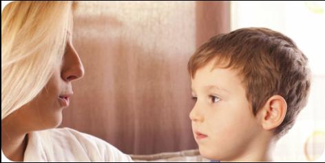 mãe conversando com o filho antes de cirurgia de fimose