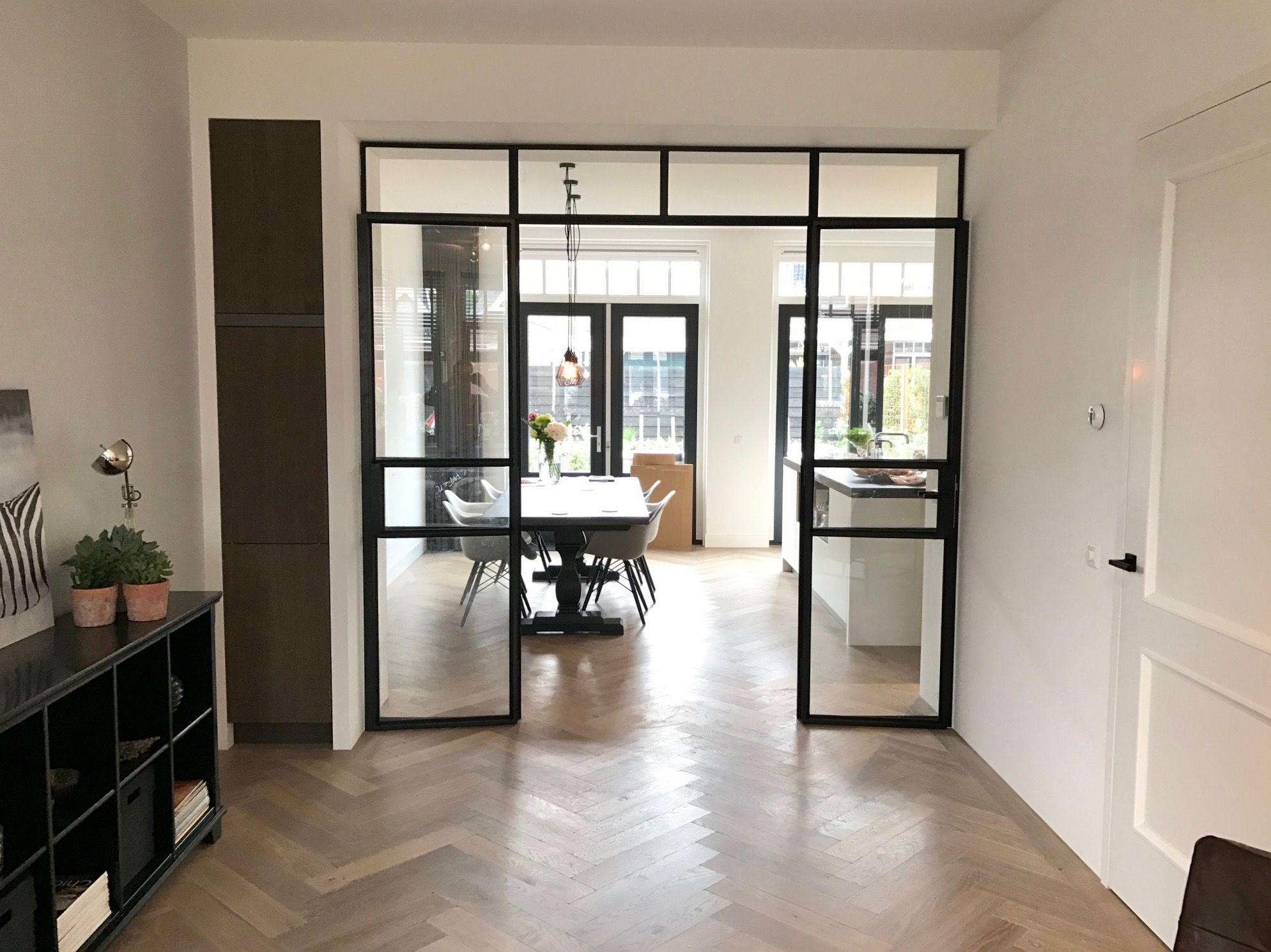 Modern Gezellig Interieur : Stalen ensuite deuren in warm en modern interieur. de grote ruimte