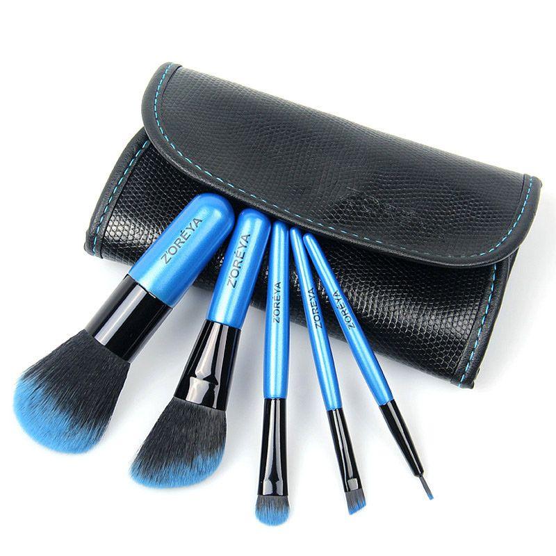 5 Zoreya Mini Sminkekoster    Tøft lite sett med 5 solide sminkekoster av mini-størrelse for enkelt å kunne medbringes i vesken, påreise osv. Fantastisk flott fargegradering fra sort over til blått i de tette, myke børstehårene. Jevn og fin påføring av makeup. Den lille sorte skinnvesken har magnetisk kneppelukking og beskyttelsesklaff over børstehodene.  >>> Dette settet kan bestilles HER: bit.ly/21s9Cpo