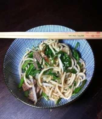 Gueyteow Pad Nua: Gebratene Nudeln mit Rindfleisch, Chili und Wasserspinat (Julia)
