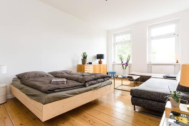 Riesiges Zimmer mit Doppelbett, Dieleboden und großer Couch