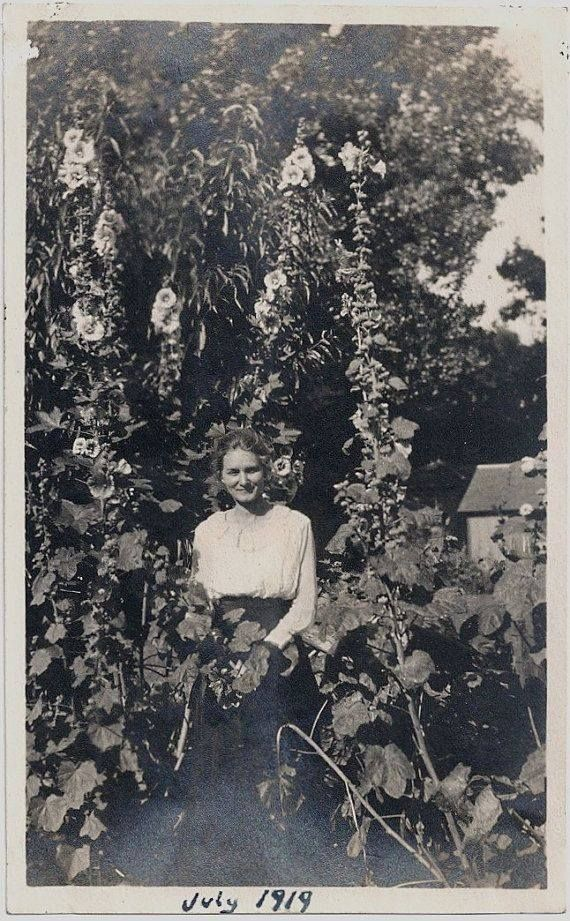 Vintage Photos Women In The Garden Romantic Gardening Vintage Photos Old Photos Vintage Photography