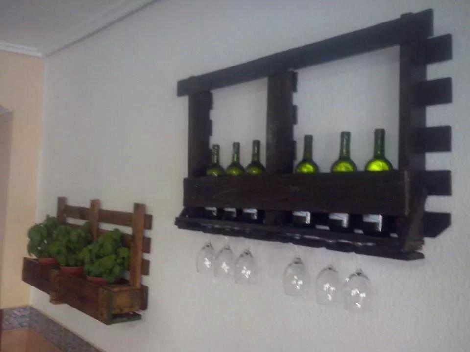 soporte de vino y copas hecho con palet reciclaje. Black Bedroom Furniture Sets. Home Design Ideas