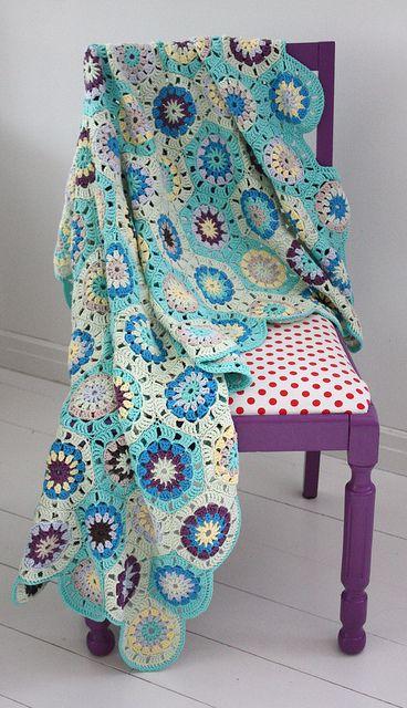 Kaunis virkattu peitto sinisen eri sävyillä