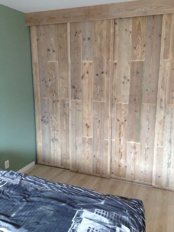 inbouw schuifdeur kast panelen beplakt met 5 mm dik steigerhout slaapkamer bedroom bed en sleep