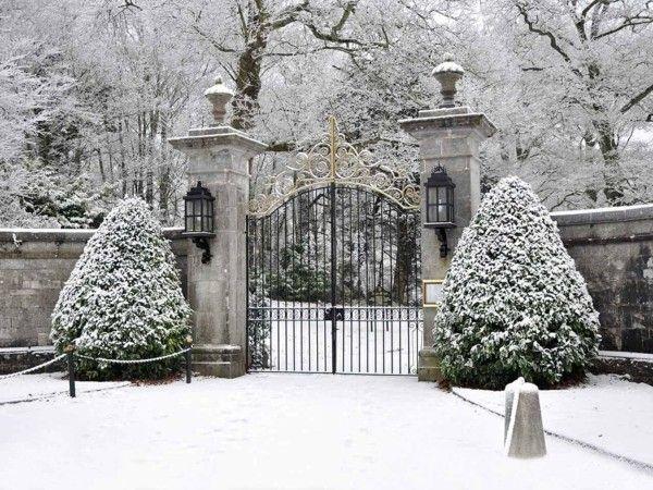 Garten Im Winter gartengestaltung ideen garten im winter schneebedeckt eingangstor