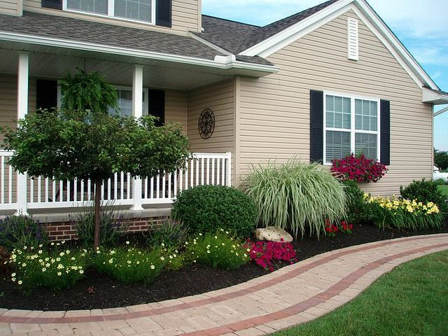 Best 25 front sidewalk ideas ideas on pinterest for Front yard designs