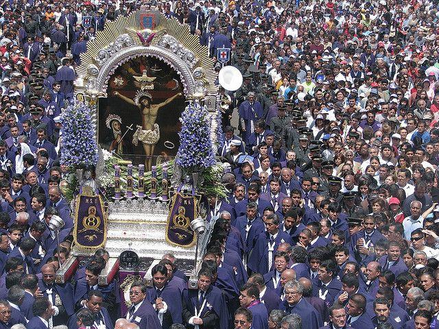 Procesión del Señor de los Milagros en Lima, perú.