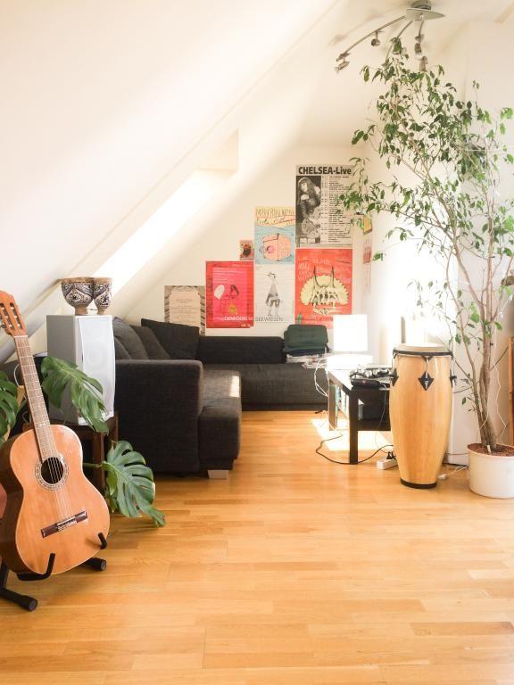 Beautiful Gem tliches Wohnzimmer mit Dachschr ge Sofalandschaft bunte Poster und Musikinstrumente Dachschr ge Wien
