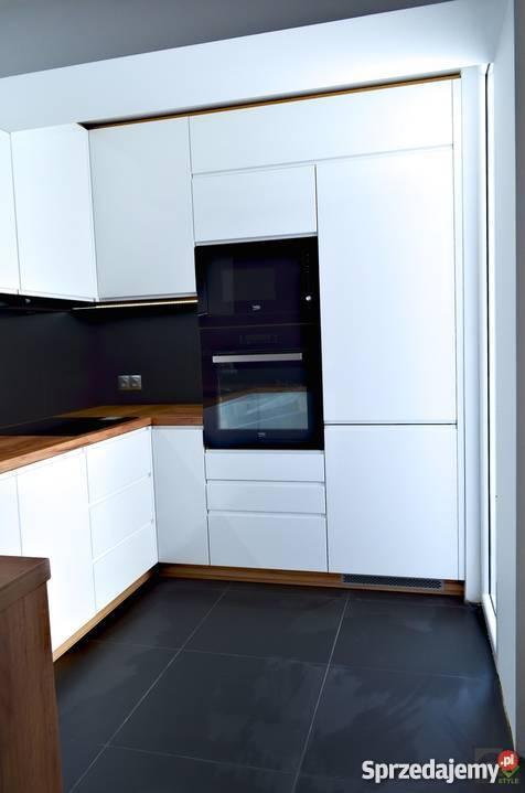 Blekitne Meble Kuchenne Z Delikatnymi Frezami Metalowymi Dekoracyjnymi Uchwytami Tradycyjna Ozdobna Zabudowa Okapu Kuc Kitchen Design White Kitchen Kitchen
