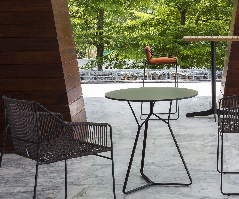 <p>Der von Mark Gabbertas entworfene Oasiq Serac Design Gartentisch verbindet minimalistische Formen mit Liebe zum Detail sowie praktischen Erwägungen für den Bereich Garten, Balkon oder Terrasse. Oasiq bringt mit dem Serac einen weiteren Gartentisch, der mit seinem modernen und nicht aufdringlichen Design hervorragend zu den verschiedenen Gartenstühlen der Oasiq Kollektionen passt. Die Tischplatte, sowie die Farbe der Beine können angepasst werden und harmonieren somit gut m