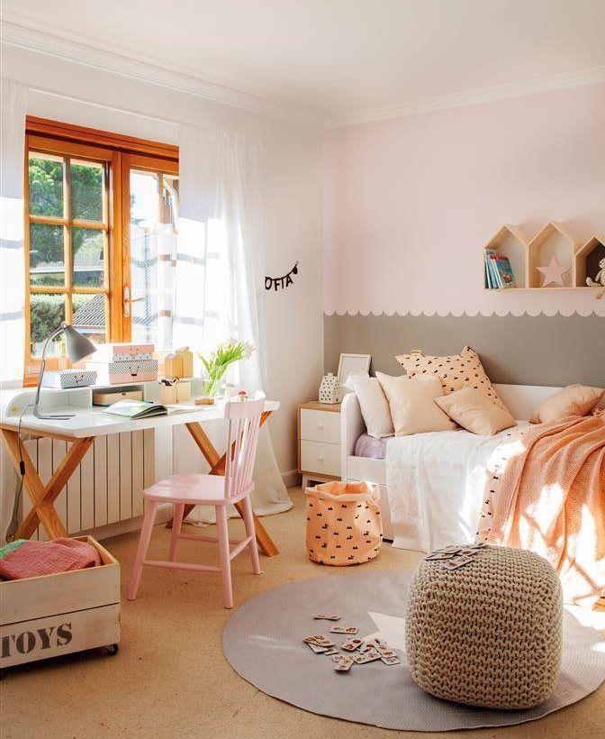 Dormitorio infantil con cama arrimada a la pared y for Escritorio infantil
