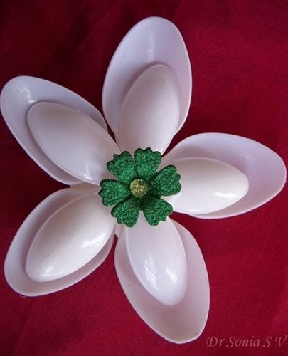 flowers made from plastic spoons. How clever is this? #recycledcrafts