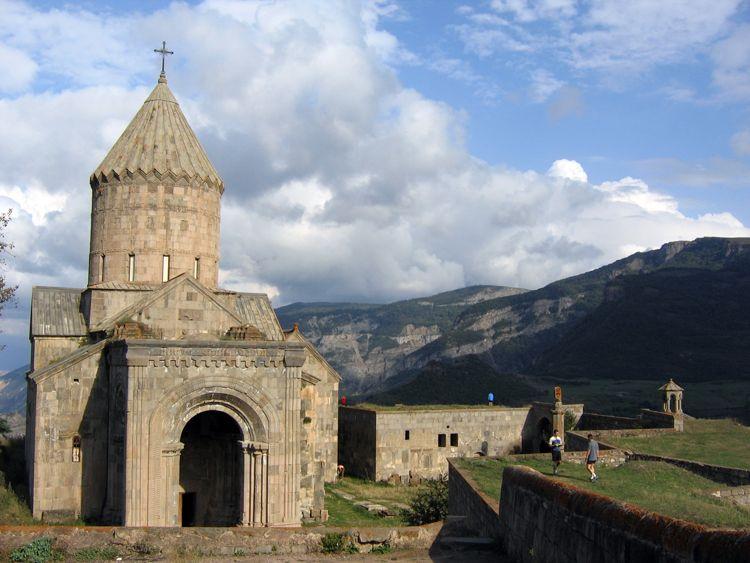 Monastero di Tatev- Nel XIV e XV secolo il monastero di Tatev ha ospitato una delle più importanti università medievali armene, l'Università di Tatev, che ha apportato progressi in scienze, religione e filosofia, oltre che un notevole contributo alla preservazione della cultura e del credo d'Armenia mediante la riproduzione di libri e lo sviluppo dellaminiaturaarmena.