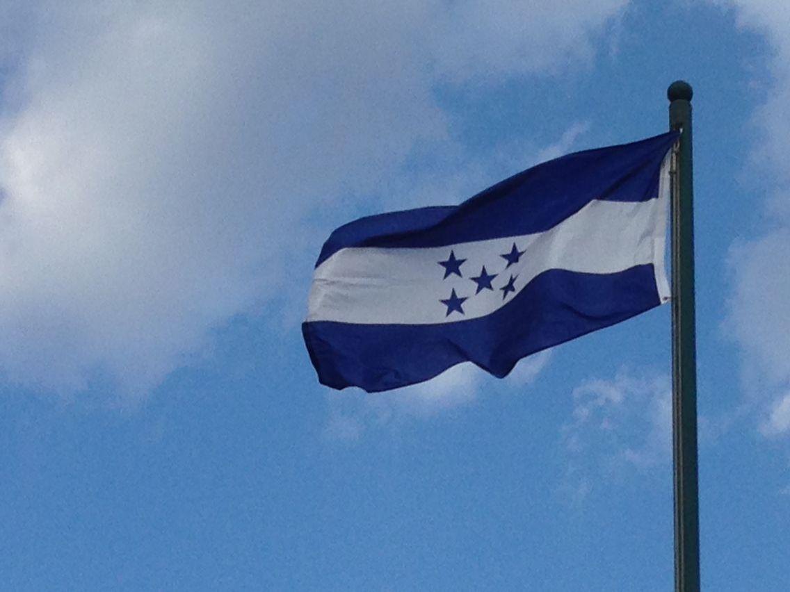Honduras...las cinco estrellas azules representan la esperanza de una nueva federación de estados centroamericanos.