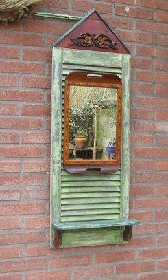Spiegel verwerkt in dienblad en op een louvre deurtje bevestigd, zeer decoratief! Made by Aar Sjagger, sold for E 25,=