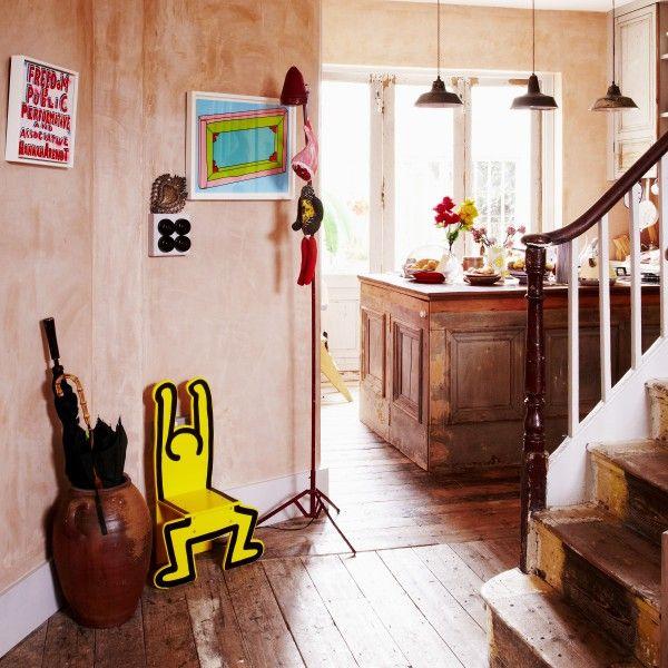 Philip Colberts is één al kunst en beeldige opjecten. Een heerlijke, vrolijke thuiskomst kunnen we ons zo voorstellen. Kijk binnen in interieurs door heel Europa voor inspiratie op made.com/unboxed/nl