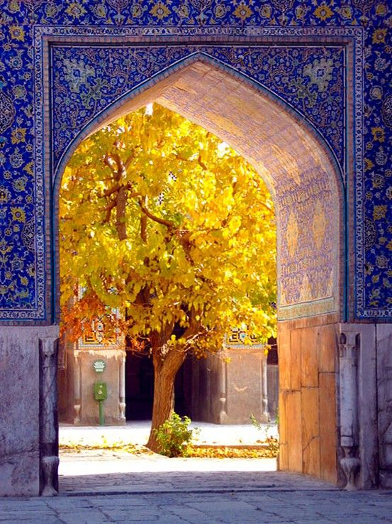 extraordinary tile design with magnificent contrast between the gold of the foliage and blue of the tile