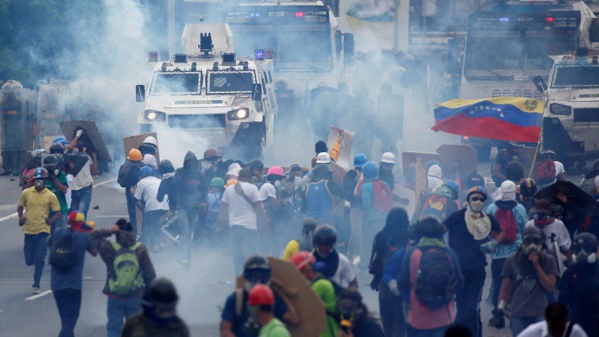 Zahl der Toten steigt auf 39: Bei Protesten in Venezuela fliegen Kot-Beutel