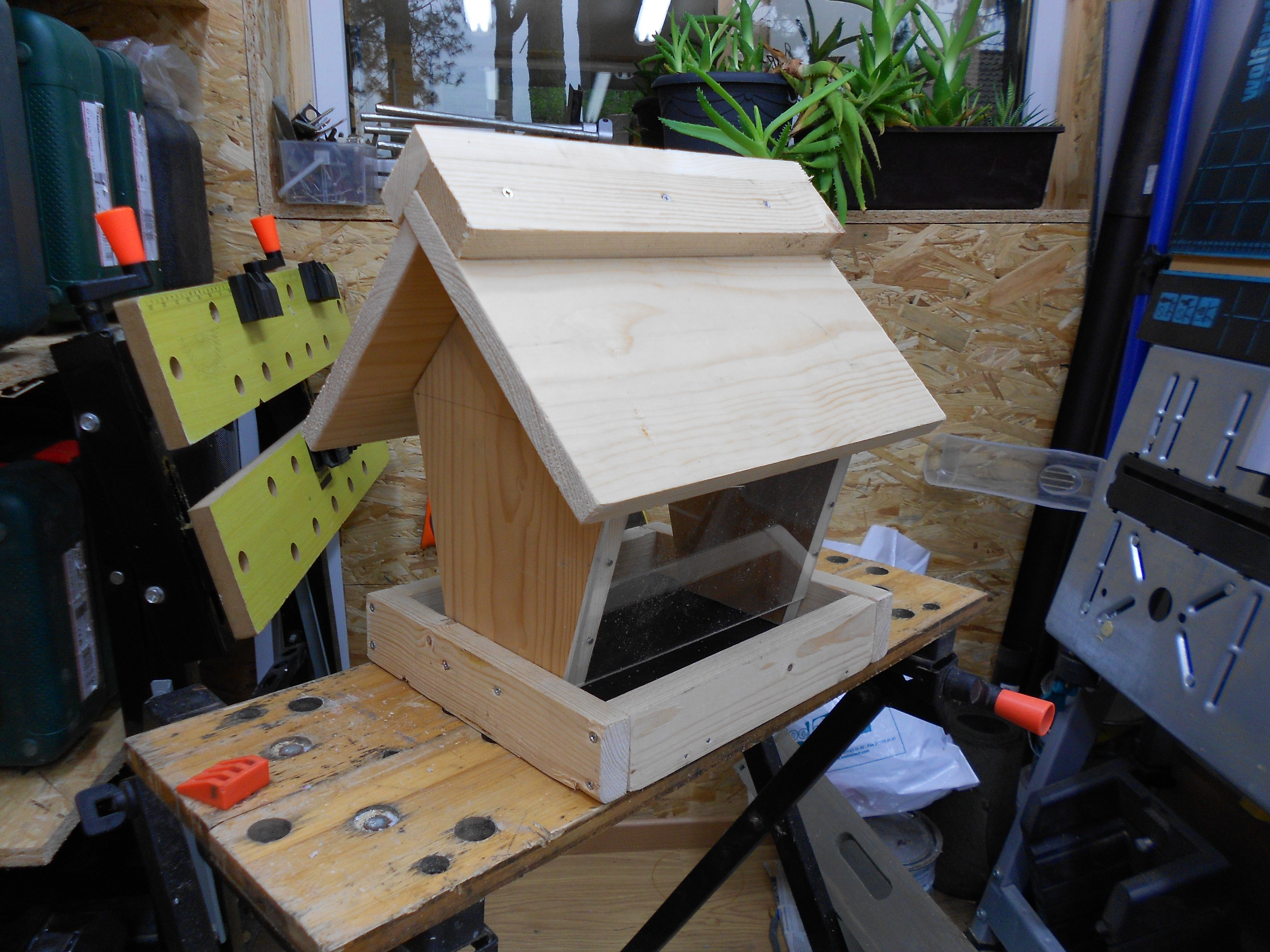 vogelfutterhaus bauanleitung zum selber bauen heimwerker. Black Bedroom Furniture Sets. Home Design Ideas