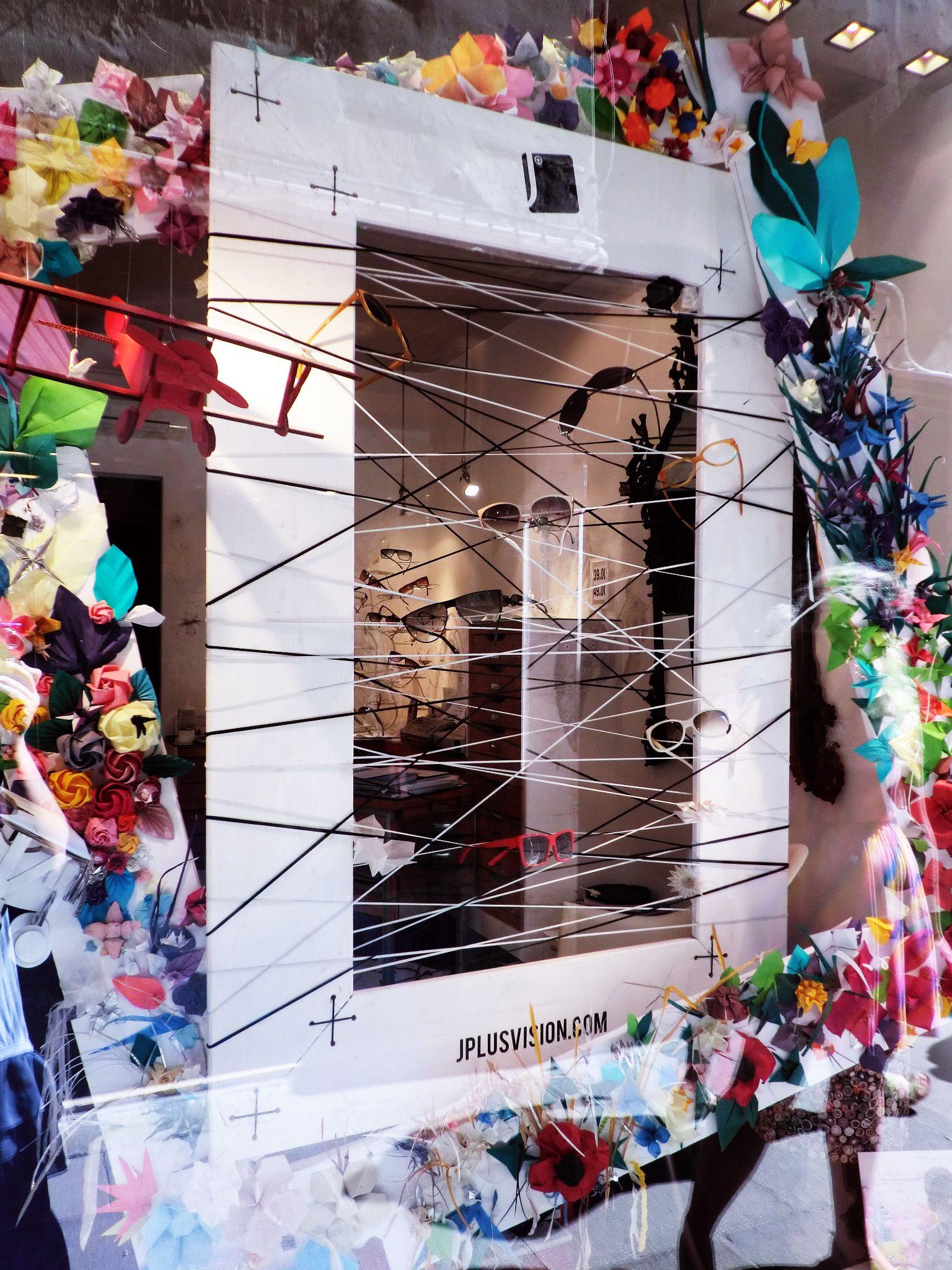 Óticas criativas nos encantam. Vitrines de óticas lindas estão nesta seleção  especial da Vitrine Mania. Creative optical window displays that we just  love! cb8d2197db