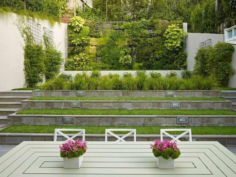 Gartenmauer bepflanzen - platzsparende Gestaltung für die Hanglage - gemusegarten am hang anlegen