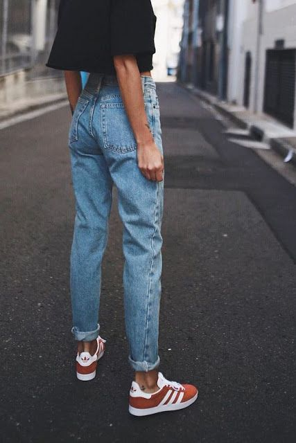 Spring style | Black crop top, high-waist jeans and red Adidas Gazelle