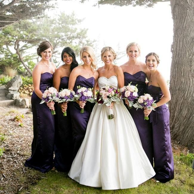 The bride likes to be the center of the day, in the contrast of white gown and dark,rich Bridesmaids dresses this truly happens.