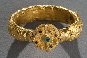 Gem-Set Gold Armlet with Calligraphic Decoration, Fatimid, Egypt, 11th century