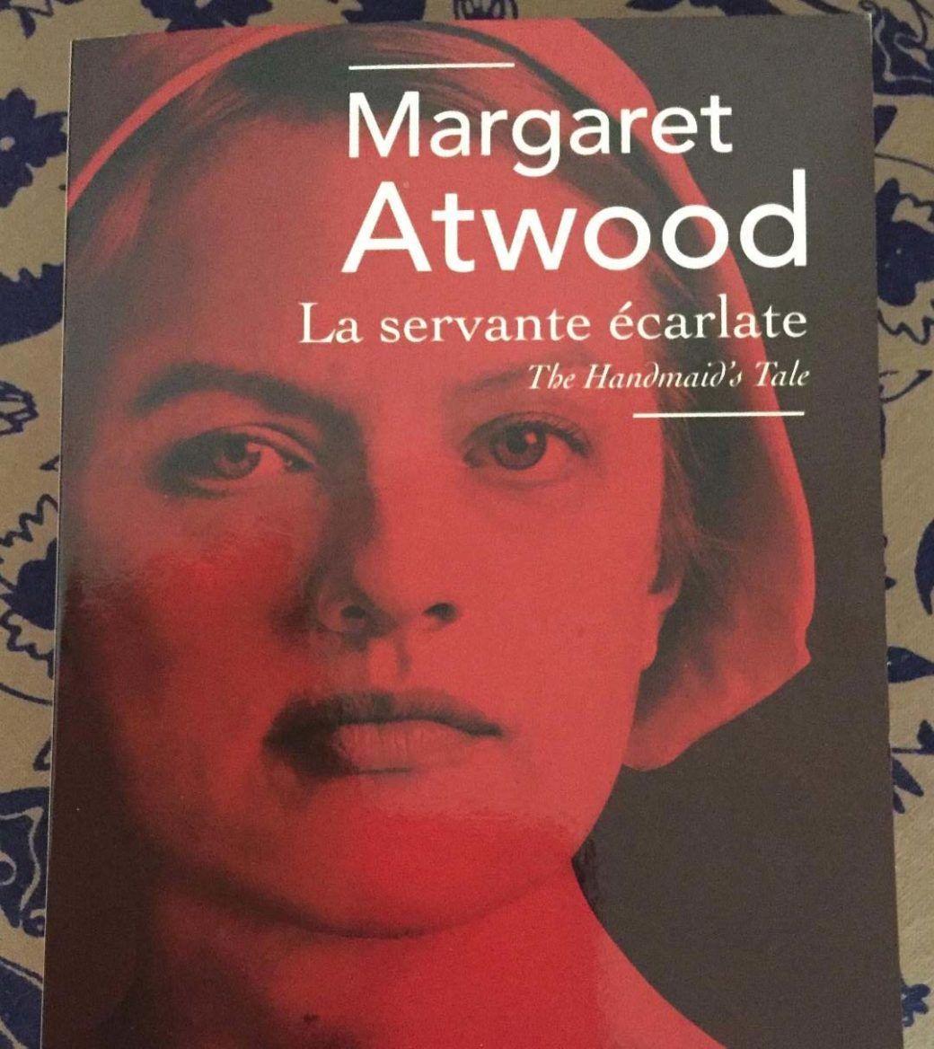 La Servante écarlate par Margaret Atwood #lecture #meilleurslivres #meilleureserie #bestreading #thehandmaidstale #servanteecarlate #margaretatwood #greenbyvero #margaretatwood