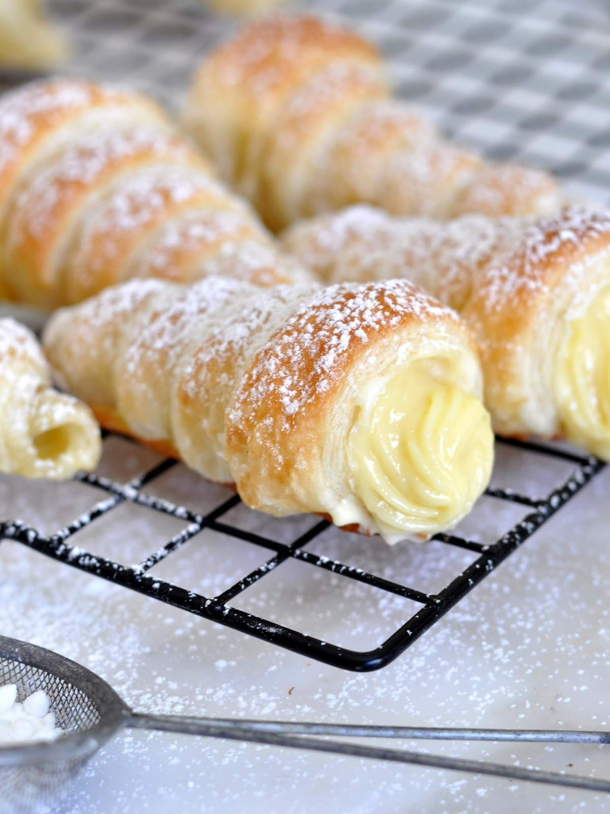 Italian Cream Stuffed Cannoncini (Puff Pastry Horns) #frozenpuffpastry