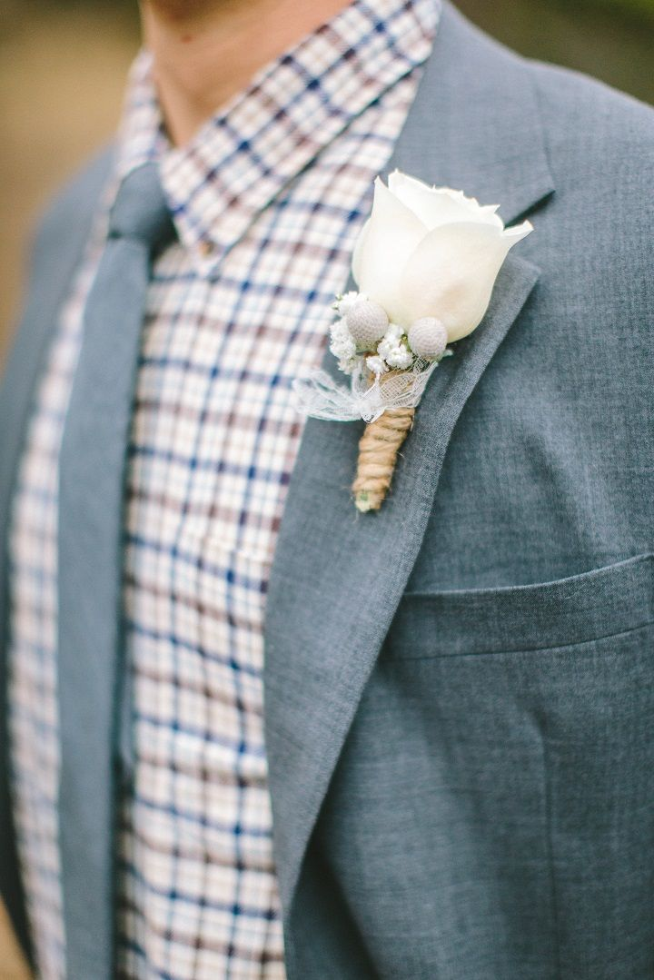 Winter boutonniere for a classic winter wedding in January | fabmood.com #winterwedding #whitewedding