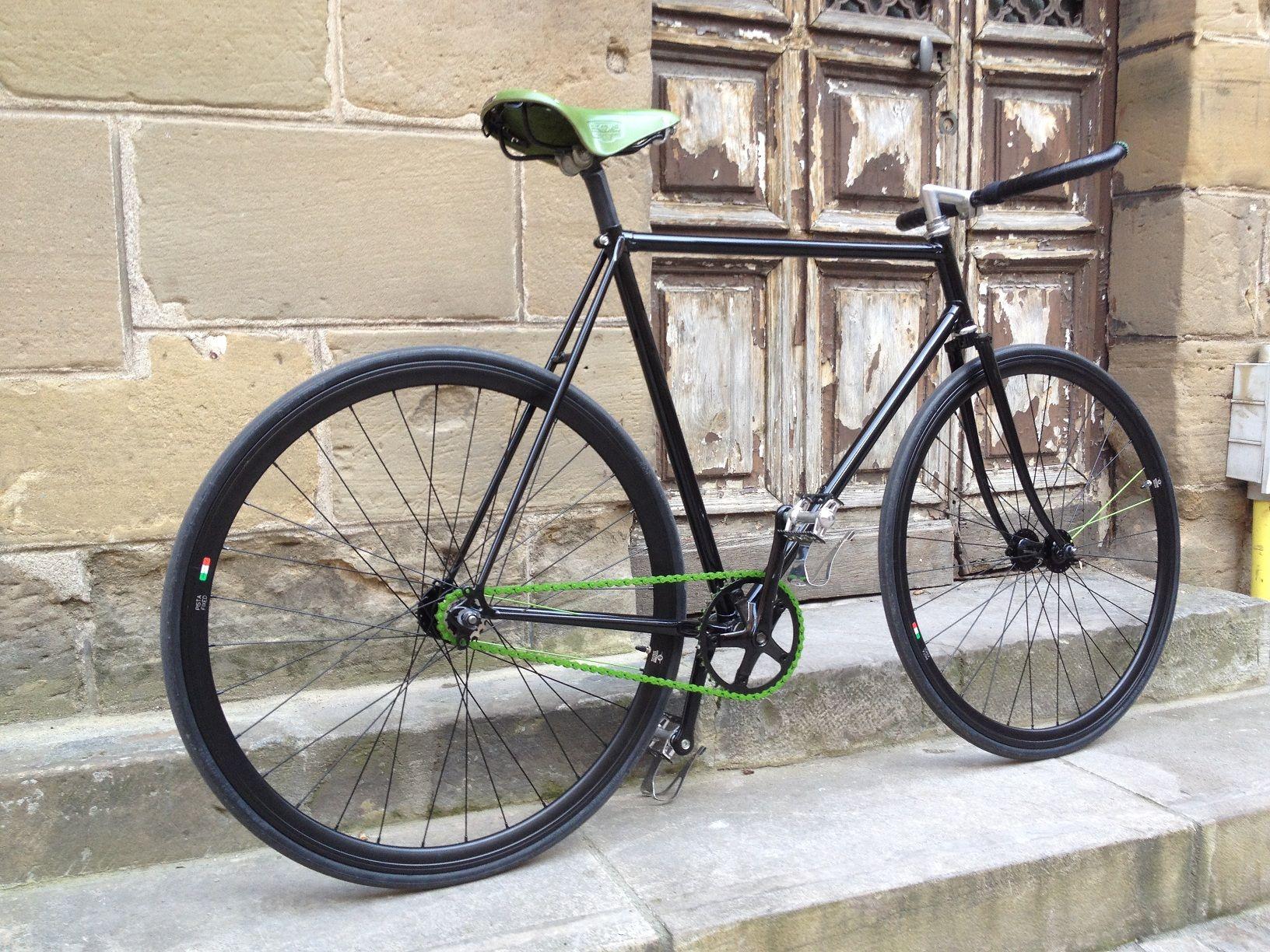 """Accroche Velo dedans pignon fixe """"heineken"""" sur la base d'un vélo de course peugeot"""