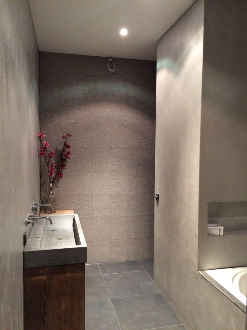badkamer beton cire houten badmeubel pink flowers natuurlijke materialen raw materials beton hout