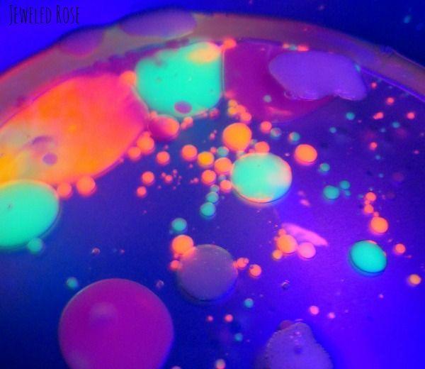 aceite y agua con colores fluo